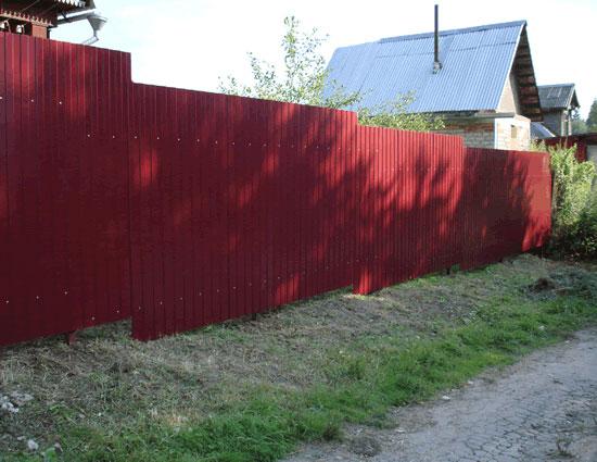 Забор своими руками на неровном участке