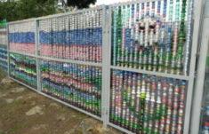 А вы знаете, как сделать забор из пластиковых бутылок или крышек?