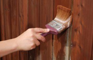 Покраска деревянного забора своими руками