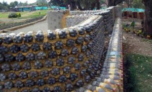 Собираем и устанавливаем забор из стеклянных и пластиковых бутылок с крышками
